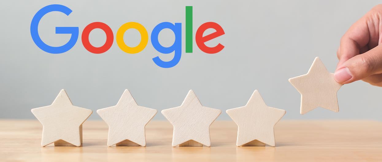 Google Bewertung löschen lassen (Google-Logo mit Holzsternen auf einer Tischplatte)